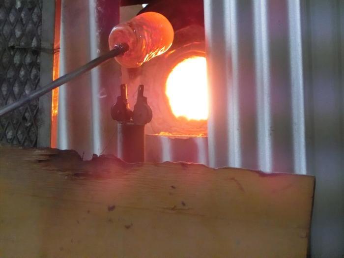 沖縄県の読谷村(よみたんそん)で琉球ガラス体験ができる「源河源吉(げんかげんきち)琉球ガラス工房」。駐留米軍が使用した空き瓶を溶かして再生したことでうまれた「琉球グラス」は、彩りだけでなく味わいのある気泡なども魅力的です。