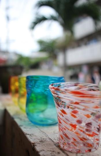 琉球ガラス体験は、グラスの色も形も自由に選べるので、世界に1つだけのオリジナルグラスを作ることができます。  併設された店舗では、琉球グラス彫刻のギフトコーナーや琉球グラスのアウトレットも購入することができますよ。