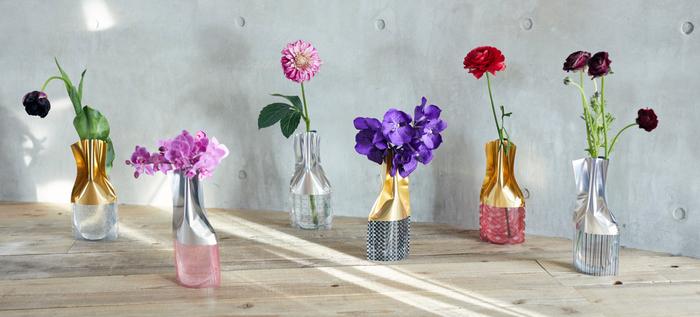 ありがとうを伝えたい人がいっぱい。そんなときは、手頃なお値段で、しかもおしゃれなアイテムがいいですね。こちらは、水を入れるとそのままお花を生けられるビニールの花瓶。安定感も抜群。お花も一輪添えて、プレゼントしてみてはいかが?