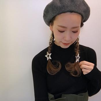 マンネリになりがちなブラックのニットも、髪を2つ結びにするだけで新鮮なイメージに。おでこを潔く出せば、首の詰まったトップスもすっきりと着こなせます。
