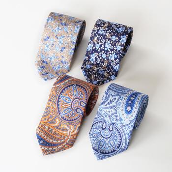 ネクタイの贈り物はポピュラーですが、少し凝ったデザインもおすすめ。写真は、スウェーデンの老舗ブランド「AMANDA CHRISTENSEN(アマンダクリステンセン)」のシルクネクタイ。ペイズリー柄とリバティー柄。おしゃれな男性にいかが?