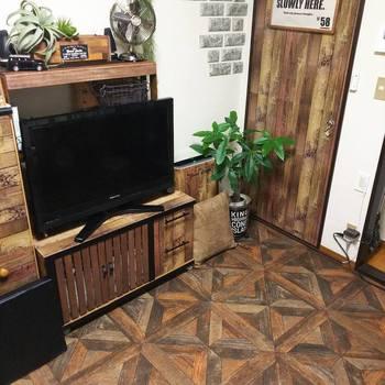 """クッション性のある「クッションフロア」もおすすめです。床にはる時は""""マスキングテープ""""と""""両面テープ""""を使うと、剥がせるので安心です♪"""