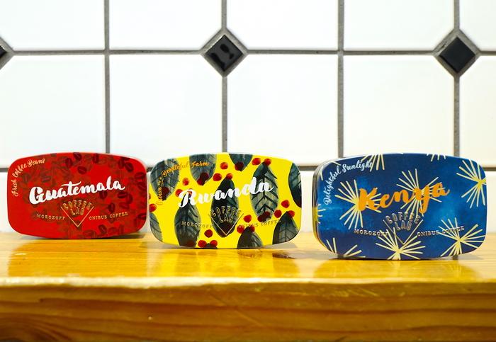 オニバスビーンズは、グアテマラ、ルワンダ、ケニヤという3種類のコーヒー豆をそれぞれのお味によく合う2種類のチョコレートでコーティングしたというスイーツです。元気が溢れるビタミンカラーの缶にも惹かれます。