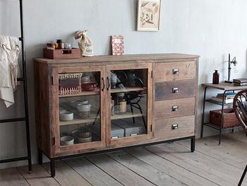 古材とスチールを組み合わせたレトロな雰囲気の食器棚です。ヴィンテージ風の要素が強いので、作家さんの一点ものといったうつわを飾りたくなるキャビネットですね。