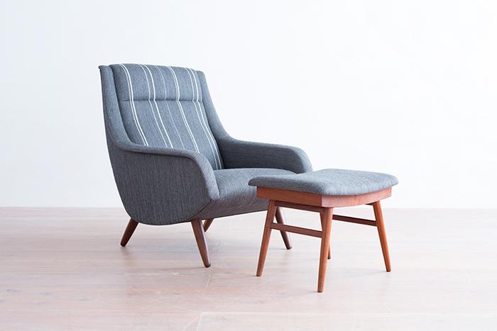 無駄のない、すっきりとしたシルエットが美しいソファー。揃いのオットマン(足置き)との贅沢なセットですが、このソファーに合わせてインテリアを揃えたくなるような絵になる佇まいです。