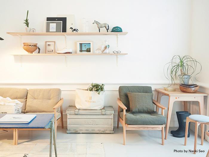 オーガニック系の優しい色合いで統一したお部屋には、やっぱりアースカラーのシンプルなソファーがよく似合います。こちらはゆとりのある座面と程よく身体を包むクッション性、木の個性を活かした天然木のフレームが特長のひとり掛けソファー。カラーや張地のバリエーションがとても豊富なので、お部屋に合わせたぴったりのソファーを買い足すことができます。