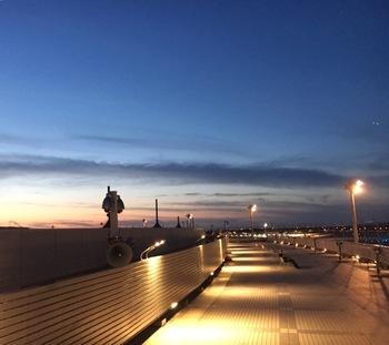 ターミナルビル屋上には、飛行機の離着陸を見られる展望デッキが。青空に吸い込まれるような昼間ももちろん素敵ですが、夕闇が迫り、滑走路に誘導灯が灯る夕暮れ時もロマンティックです。冬期間は閉鎖されるのでご注意を。
