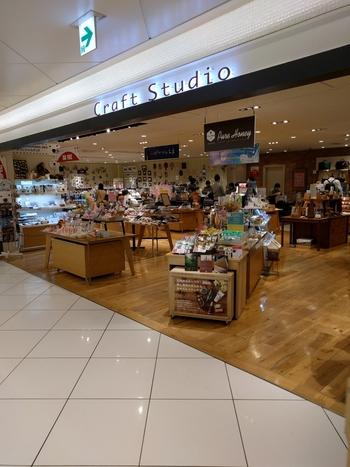 北海道の雑貨や工芸品などを幅広く扱うセレクトショップ。「北見ハッカ通商」のハッカスプレーなど、北海道発のコスメなども豊富。アクセサリーなども揃い、女性へのお土産選びに最適です。