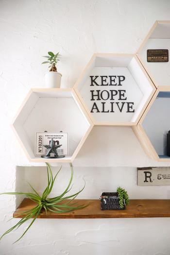 海外でもよく使われている「ハニカムシェルフ」は、六角形が可愛い壁に取り付ける棚。軽いものであれば画鋲で気軽に取り付けることができます。一つだけ使っても、いくつかつなげて使うのも◎お部屋をおしゃれに演出してくれます♪