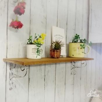 100均の木板とアイアンブランケットで作る飾り棚は、とっても簡単なのでDIY初心者にぴったり♪壁には釘ではなく、両面テープではるので壁に穴を開けなくていいのも◎