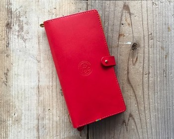 ポケットやペンホルダーを備えた手帳カバーを付ければ、いちいちチケット類などをカバンの中から探したりしなくて済むのでおすすめです。