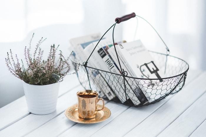 ワイヤーバスケットは見せる収納にピッタリです。マガジンラックとしても、リネン類や食材などを入れてテーブルや棚に飾ると素敵ですよ。