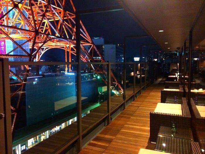 なんといってもこのレストランの魅力は、すぐ隣に、東京タワーが見えるところ!夜は、ライトアップされた東京タワーを間近で見ながら食事ができます。外国の高級レストランを思わせるスタイリッシュな空気の中で、東京タワーとお肉料理を一緒に楽しんでくださいね。