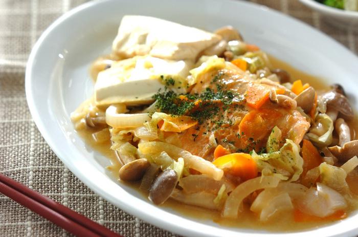 フライパンを使った蒸し焼きのいい点は、お野菜その他の付け合わせを一度にたくさん蒸せることです。鮭と、タマネギ、ニンジン、キャベツなど身近なお野菜を一緒に。蒸し具合を上手にするコツは、お野菜を先にいれて上に魚をのせること。煮たつまでは火を強め、あとは弱火にして蒸して仕上げてください。たっぷりお野菜が食べられます。