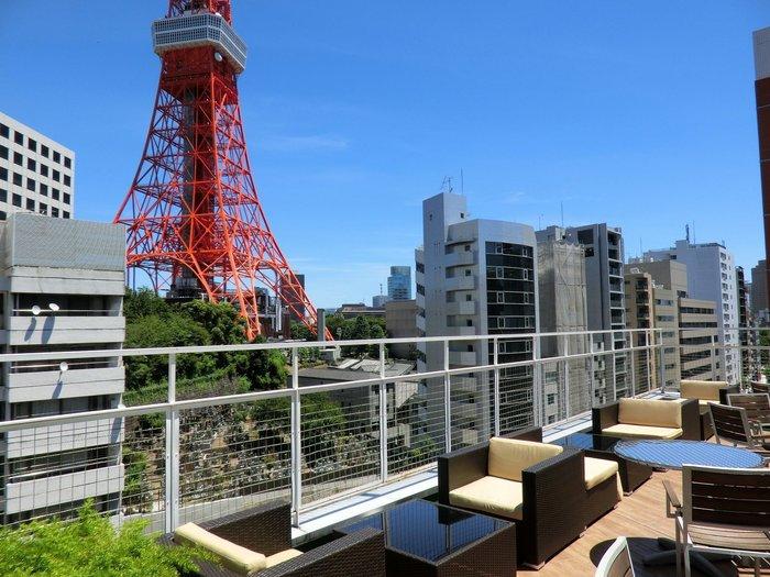 ESCRIBAのテラス席。ここからの東京タワーの眺めは最高です!晴れた日には特に美しい姿を見ることができます。夜も眺めも良いので、ワイン片手に東京タワー鑑賞を楽しんでみてはいかが?