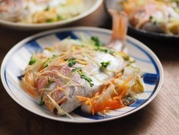 鯛を丸ごと一匹。美味しそうですね~♪こちらは連子鯛という少し小さ目の鯛ですが、フライパンを使えばこんな風にお魚丸ごとのお料理も簡単にできちゃいます。尾頭付きの魚の酒蒸しも、フライパンで作れてしまします。  美味しさのコツは、お野菜を敷き詰めた上にお魚を置くこと。汁に浸からず、うまく野菜から出る蒸気でふっくら蒸されます。切り身を使ってもOK!