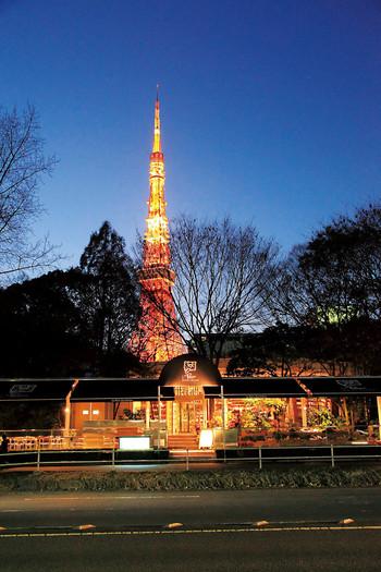 お店の裏には東京タワーが。温かみのあるおしゃれなLe Pain Quotidienの外観と東京タワーの組み合わせは、素敵な雰囲気ですね。のんびりゆったり食事を楽しみたいときに、訪れたいレストランです。