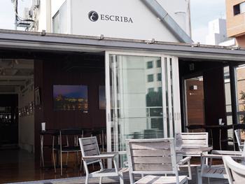 ESCRIBAは、赤羽橋にあるバー。小さなビルの屋上にあるため、隠れ家的なバーとして知られています。白を基調とした外観はスタイリッシュで洗練された都会の雰囲気です。