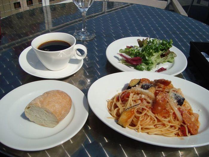 ESCRIBAは、昼間はレストラン、夜はバーに変わります。前菜からパスタまで、本格イタリアン料理が充実。また、バータイムに提供されるワインは、70種類以上あるのだとか…!