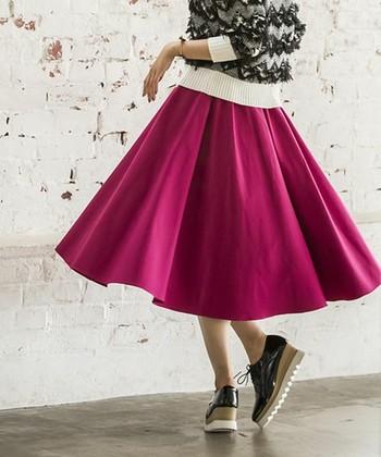 """ふんわりボリュームのあるシルエットが可愛い「サーキュラースカート」。サーキュラーとは""""円形""""という意味で、その名の通り、裾を広げるとサークル状になるスカートです。たっぷり布を使った美しいドレープと、上品でエレガントなデザインも特徴です。"""