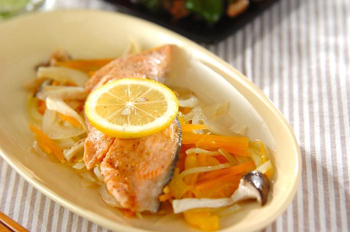 食卓にのぼる回数が多いサーモン。食べかたはたくさんマスターしておきたいものです。今回はバター醤油とレモンでいただきましょう。鮭に野菜をたくさん盛ったあと、酒をふって塩コショウ。そしてバターを散らしてレンジへ。加熱したあとラップをかけたまま蒸らしていただきます。