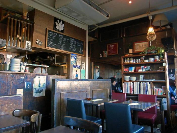 店内はアンティーク雑貨が並び、木造と基調とした温かみのある内装になっています。フランスの街角にある、古き良きカフェに来ているかのような気分になりますよ。