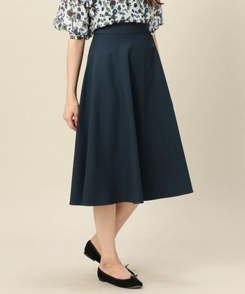 布を丸く切り抜いて作るサーキュラースカートは、手芸初心者さんでも挑戦しやすいのが嬉しいですよね。そして何といっても、色々なコーディネートに合わせやすいのも魅力です。この夏はぜひお気に入りの布で、オリジナルのスカートを手作りしましょう♪