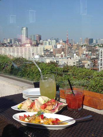 リゾート地を思わせる店内にはテラス席もあります。9階にあるお店なので、眺めは最高!晴れた日には、都会の街並みと一緒に東京タワーも見えますよ。代官山に遊びに行った際は、ぜひ立ち寄ってみてください。