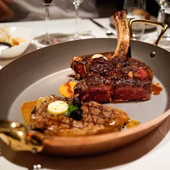 ALEXANDER`S STEAKHOUSEでいただけるのは、選び抜かれた美味しいお肉。「グレーターオマハ」などを始めとしたブランド牛のステーキと、バラエティ豊かなワインを堪能できます。