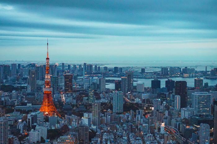 新しい東京のシンボル、東京スカイツリーができて以降も高い人気を誇る東京タワー。長年、東京を見守ってきた東京タワーは、これからも温かく東京の街を照らしてくれることでしょう。近くから、遠くから、東京タワーを眺められるカフェやレストランで、大切な人と素敵な時間を過ごしてくださいね。