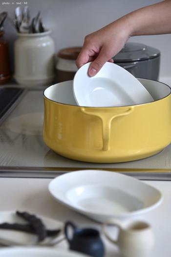 うつわが入る大きさのお鍋などに、米のとぎ汁とうつわを入れて、沸騰させます。