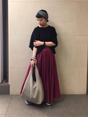 パープルのサーキュラースカートは、クラシックな雰囲気が出るため、カジュアルでありながら落ち着きのある大人コーデに。大きめバッグやヘアバンドの小物使いもgoodです。