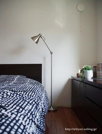 ベッドのレイアウトはどのようにしていますか?背の高い家具がベッド近くにあると圧迫感があり、防災面でも危険なので注意が必要です。壁際にレイアウトする場合は、壁にぴったりつけるのではなく、ベッドメイキングに必要なスペースを10cmほどとります。通気性をよくし、湿気対策にも有効です。 寝具は、夏は通気性、冬は保温性のあるものを選ぶのは言わずもがなですね。寝具内を33度くらいの温度に保つのが、快眠に適しているといわれています。