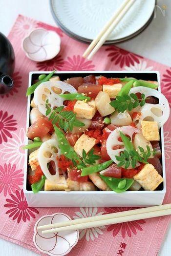 お刺身を醤油とごま油で漬けにして美しく仕上げたちらし寿司。マグロ、エビ、サーモン…お好みのお刺身を使って作ってみてはいかがでしょうか。