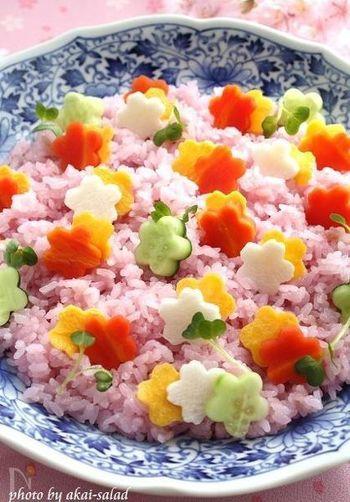 紫キャベツで色付けしたご飯がとってもキレイなちらし寿司は、まるでお花畑のよう…ひな祭りの食卓が一気に華やぎますね。型抜き作業は、お子さまと一緒に楽しめば、素敵なひな祭りの思い出が出来そうです。