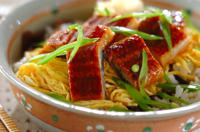 うなぎを散らした、ちょっと贅沢なちらし寿司。錦糸卵の黄色ときぬさやの緑で彩りも美しく。ご飯に椎茸の煮物を混ぜ込むことで、味わい深く、上品な味わいに仕上がります。