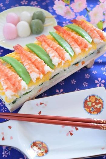 「ひな祭りパーティーしたいけど、忙しくて…」そんな時には、市販のちらし寿司の素を利用するととっても便利。その分、盛り付けや見た目にこだわれば、立派なメインちらし寿司に。