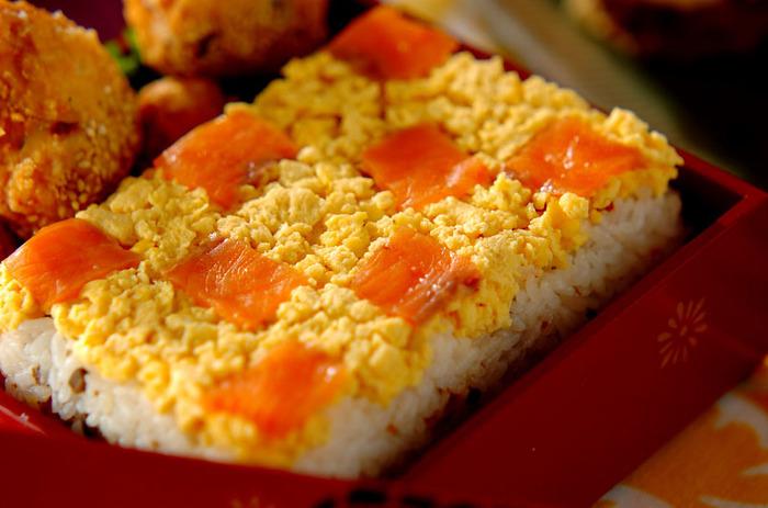 レモンの爽やかな香りが香るサッパリ味の洋風ちらし寿司。押しずし風に型に入れて作ったちらし寿司は、ケーキみたいに切り分けて食べても楽しいですね♪