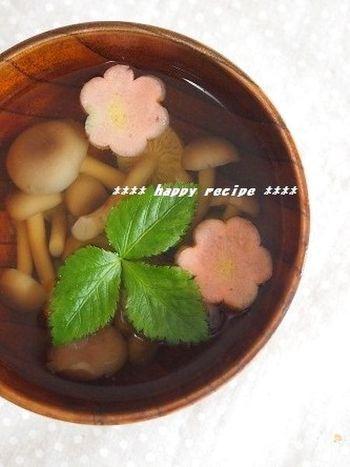 しめじをじっくり煮ることで香り豊かで旨み引き立つ一杯に。可愛らしいお花の形の麩をあしらえば、ひな祭りらしい雰囲気になり、お子さまも喜びそう♪