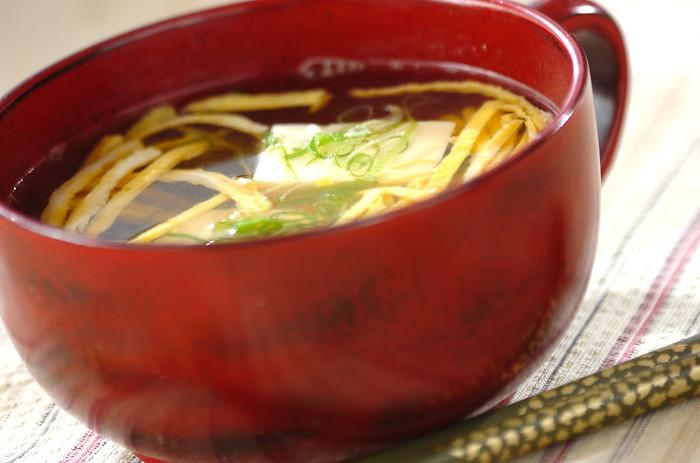 ちらし寿司で使う錦糸卵をお吸い物にもプラス。地味になりがちなお吸い物も、卵の黄色でパッと華やかに。ちらし寿司で使う具材をお吸い物でも使えば、節約にもなりますね。