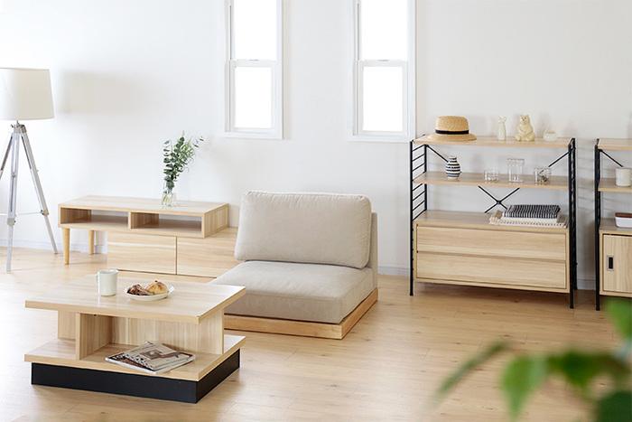 こんなシンプルなローソファーなら、今あるインテリアとの相性を心配することなく幅広いお部屋に馴染むのではないでしょうか。座椅子に近いフォルムですが、ソファーとしての豊かな厚みがあるので立ち上がるのも楽チン。それでいて脚がなく、床を傷つける心配がないため、和室にも違和感なく馴染みそうです。