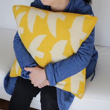 素材は高品質のメリノウールを使用しており、丁寧に織り機で仕上げられています。柔らかな肌触りで軽いので、ソファーなどでリラックスする時にぴったりです。