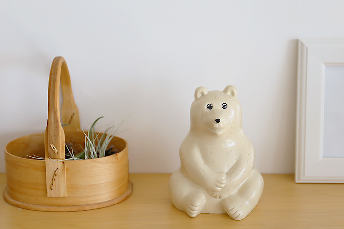 座った姿がなんとも愛らしい白くま貯金箱です。こちらはフィンランドのNordeaBankのノベルティとして作られていた物で、背面に貯金箱の穴があります。プラスチック製ですが、クリーム地なので一見すると陶器のようにも見えますね。お部屋にほっこり白くまさんを置いてみませんか?