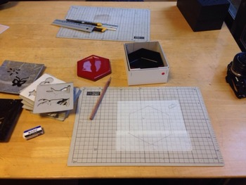 金箔貼り体験は、お箸や箱、鏡など、数種類の中から金箔を貼る土台を選べます。図案は、色々な型紙の中から選んだり、自分で考えたりできますよ。