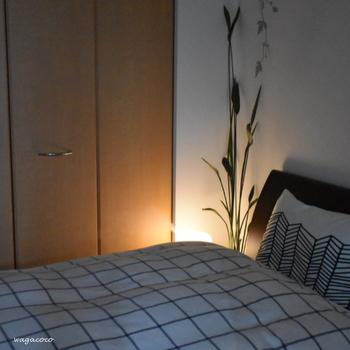 寝室の照明は、ブルーライトが少ないオレンジ色のやさしい明かりのものがよいでしょう。天井から照らす全体照明ではなく、テーブルライトのような間接照明が望ましく、光源が直接目に入らないように配置します。 気持ちよく目覚めるために、窓からの採光にも気を配ります。ほのかに明かりを感じながら目覚めるのが理想ですが、東側に窓がある場合、夏至のころは早朝に朝日が差し込んでしまうので、遮光のカーテンなどを付けます。