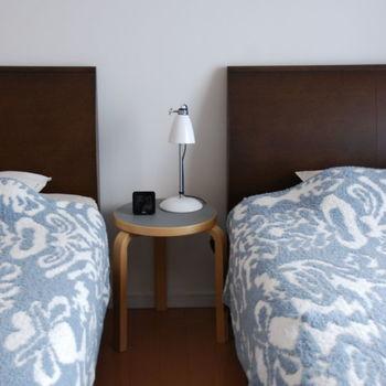 寝室の快適な室温は、25~29度前後といわれていて、春や秋がちょうどそのくらいの室温になります。夏は防犯面に気を付けたうえで風通しを良くし、エアコンをつける場合は入眠後3時間くらいを目安にタイマーオフするようにします。冬は厚手のカーテンで室内の暖かい空気を逃がさないようにし、エアコンをつける場合は加湿にも気を付けます。