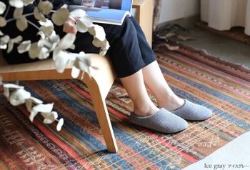 綿織物の産地として知られる愛媛・今治にあるブランド「kontex(コンテックス)」のルームシューズ。コットンとリネンを組み合わせたワッフル織は、心地いい肌ざわりが特徴です。落ち着いた上質感は、どんなインテリアにもなじみます。