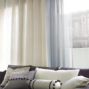 保温や防音、遮光の面で重要な役割を果たすカーテン。ドレープとレースの間に空気の層ができるため、保温効果や防音効果が得られます。遮光カーテンは光の透け具合によって、1~3級に分かれているので、実物を確認するのがよいでしょう。 カーテンはインテリアの中でも面積が大きく、お部屋の印象を左右するアイテムです。オフホワイトやベージュなどの中間色は、心身の緊張をゆるめてくれるため、リラックス空間に適しています。