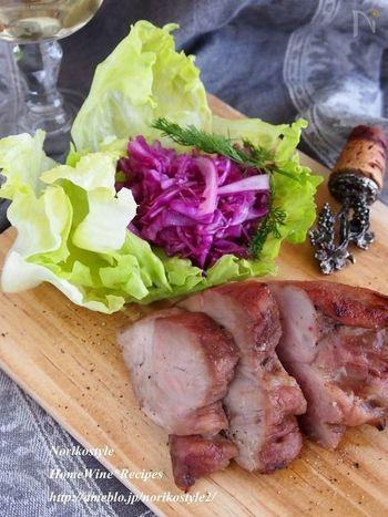 こちらは豚肉とはちみつしか使わない、とってもシンプルなお肉料理。レシピでは部位の指定はありませんが、適度に脂身がある肩ロースなどがオススメだそうです。はちみつをすり込んだかたまり肉を一晩寝かせて、オーブンでじっくり焼くだけ!はちみつの甘さがお肉の旨みをしっかり引き出してくれます。