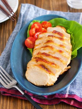 胸肉は脂が少ない分、どうしてもパサついてしまうのが難点。でも、味噌&マヨネーズを揉み込んでしばらく置くと、しっとり柔らかい食感に変わります。作り置きやお弁当にもオススメですよ。